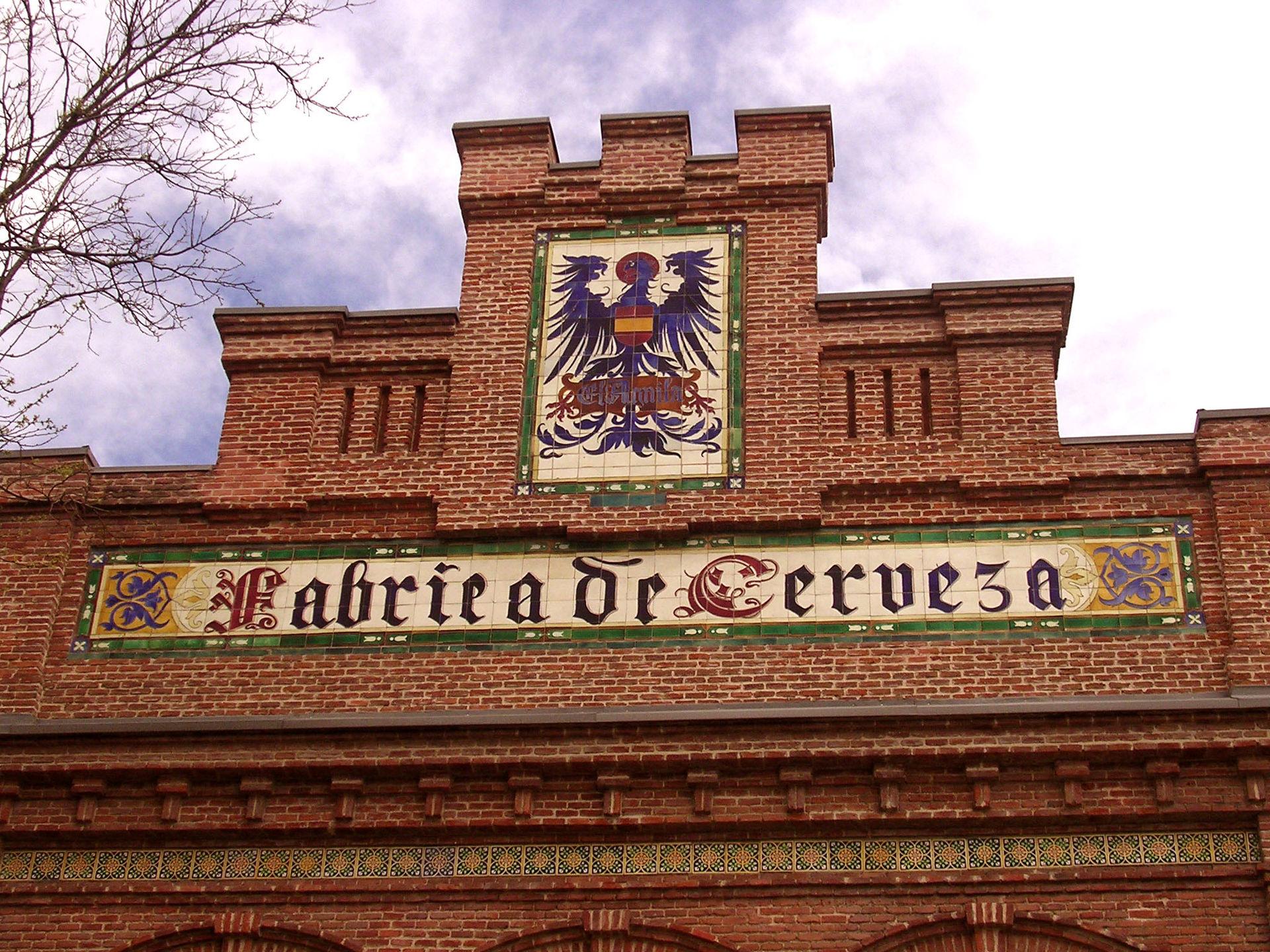 Letrero en azulejo de la antigua fachada de la fábrica de Delicias.